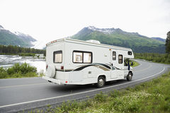 美国,阿拉斯加,驾驶在路的游乐车 图库摄影