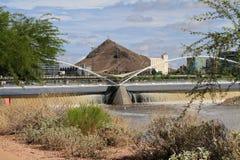 美国, AZ :在大雨以后的坦佩水坝 库存图片