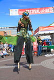 美国, AZ/Tempe :节日艺人-鸟服装的高跷步行者 免版税库存图片