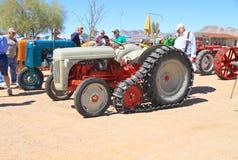 美国:古色古香的拖拉机:1948年福特履带牵引装置-模型8N 免版税库存照片