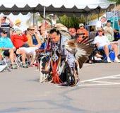 美国:小河/森密诺尔人印地安为水牛城进贡舞蹈做准备 图库摄影