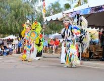 美国:执行一个花梢羽毛舞蹈的美洲印第安人 库存照片