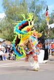 美国:执行一个花梢羽毛舞蹈的美洲印第安人 免版税库存照片
