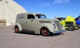 美国:罕见的古色古香的车的1937年福特轿车交付 库存图片