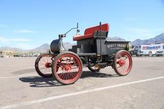美国:罕见的古色古香的车的1903年Oldsmobile弯曲的破折号(复制品) 免版税库存照片