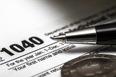 美国1040与笔的报税表 免版税库存图片