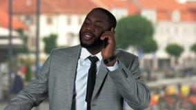 美国黑人商人电话谈话 股票视频