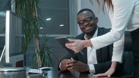 美国黑人的上司满意对他的亚裔同事工作  股票录像