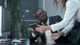美国黑人的上司满意对他的亚裔同事工作  库存照片
