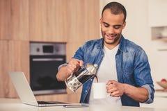 美国黑人的人在厨房里 免版税库存图片