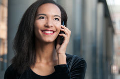 年轻美国黑人的妇女谈话在电话 图库摄影
