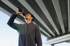 美国黑人的运动人饮用水在城市 免版税库存照片