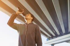 美国黑人的运动人饮用水在城市 库存照片