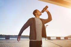 美国黑人的运动人饮用水在城市 图库摄影