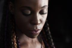 年轻美国黑人的结辨的妇女的面孔 库存图片