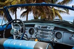 美国经典汽车有在海滩的内部看法在巴拉德罗角- Serie Kuba 2016年报告文学 免版税库存照片