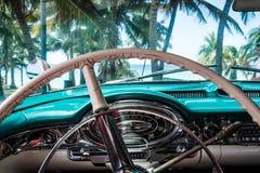 从美国经典汽车的HDR古巴内部视图有在海滩的看法 免版税库存照片