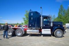 美国经典高速公路卡车拖拉机Kenworth,侧视图 葡萄酒汽车游行在Kerimaki,芬兰 免版税库存照片