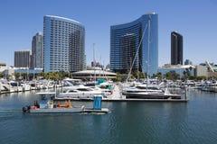美国-加利福尼亚-圣地亚哥- embarcadero小游艇船坞公园和万豪候爵 库存图片