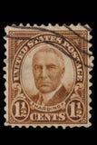 美国-大约20世纪20年代:葡萄酒美国1 1/2分与画象沃伦・盖玛利尔・哈定1865年11月2日的邮票– 免版税图库摄影