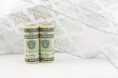 美国货币在白色丝带前漩涡站立 库存图片