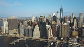 美国-纽约的首都的鸟瞰图 转动在曼哈顿、East河和布鲁克林大桥附近的寄生虫 股票录像