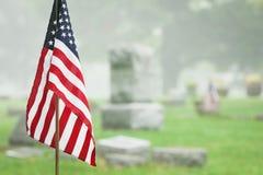 美国经验丰富的旗子在有雾的公墓 免版税库存图片