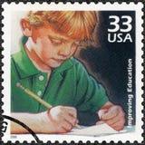 美国- 2000年:展示儿童文字,改善进入教育,系列的质量庆祝世纪, 20世纪90年代 库存照片