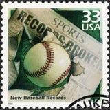 美国- 2000年:展示棒球和报纸大标题,致力新纪录,系列庆祝世纪, 20世纪90年代 免版税库存照片