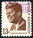 美国- 1965年:展示约翰F 肯尼迪1917-1963,系列突出的美国人问题 库存照片