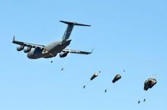 美国C-17投下巴拉警官 图库摄影