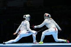 美国R的俄罗斯的Dagmara沃兹尼亚克和Ekaterina季亚琴科在里约的妇女` s马刀队竞争2016奥林匹克 免版税图库摄影
