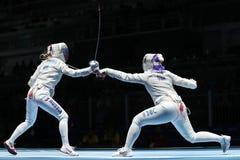 美国R的俄罗斯的Dagmara沃兹尼亚克和Ekaterina季亚琴科在里约的妇女` s马刀队竞争2016奥林匹克 免版税库存图片