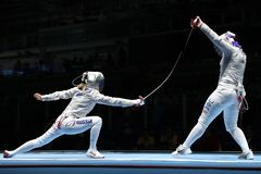 美国R的俄罗斯的Dagmara沃兹尼亚克和Ekaterina季亚琴科在里约的妇女` s马刀队竞争2016奥林匹克 库存图片