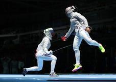 美国R的俄罗斯的Ibtihaj穆罕默德和Sofya Velikaya在里约2016年奥运会的妇女` s马刀队竞争 库存图片