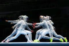 美国R的俄罗斯的Ibtihaj穆罕默德和Sofya Velikaya在里约2016年奥运会的妇女` s马刀队竞争 免版税库存照片