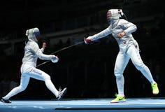 美国R的俄罗斯的Ibtihaj穆罕默德和Sofya Velikaya在里约2016年奥运会的妇女` s马刀队竞争 免版税库存图片