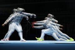 美国R的俄罗斯的Ibtihaj穆罕默德和Sofya Velikaya在里约2016年奥运会的妇女` s马刀队竞争 图库摄影