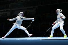 美国R的俄罗斯的Ibtihaj穆罕默德和Sofya Velikaya在里约2016年奥运会的妇女` s马刀队竞争 库存照片