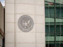 美国SEC在DC大厦入口的SEC商标在H街道附近的 免版税库存图片