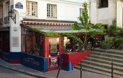 美声唱法是传统法国餐馆和服务从歌剧唱歌的侍者,巴黎,法国 免版税图库摄影