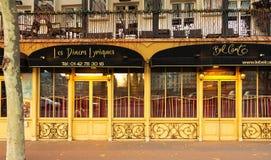 美声唱法是传统法国餐馆和服务从歌剧唱歌的侍者,巴黎,法国 图库摄影