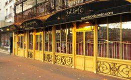 美声唱法是传统法国餐馆和服务从歌剧唱歌的侍者,巴黎,法国 免版税库存照片