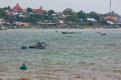 美奈,越南- 02 11 2017年:在小船的Fishermans在渔村美奈,越南的海滩 免版税库存照片