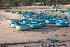 美奈,越南- 02 11 2017年:在海滩的传统越南渔小圆舟,小船在渔村 图库摄影