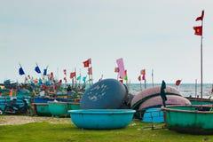 美奈,越南- 02 11 2017年:在海滩的传统越南渔小圆舟,小船在渔村 库存图片