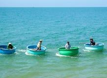 美奈,越南- 2018年5月1日:许多在行的传统越南小船在渔村在美奈 库存照片