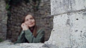 美女周道地看一个古老石堡垒的窗口 股票录像