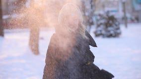 美女在冬天公园投掷雪球,慢动作 影视素材