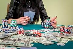 美女在有卡片的赌博娱乐场 库存照片